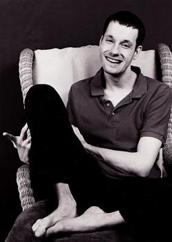 ich in Schwarz-Weiß in einem Sessel sitzend