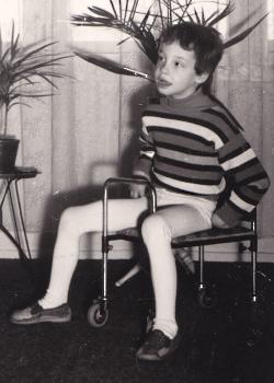 ich mit 8 Jahren auf meinem geliebten Rollbänkchen