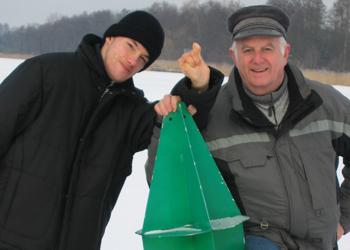 Sven mit seinem Vater auf dem Eis